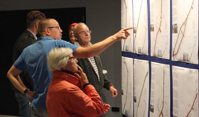 Bewoners bekijken aandachtig de panelen met de varianten voor de herinrichting. | Foto: Nico Kuyt