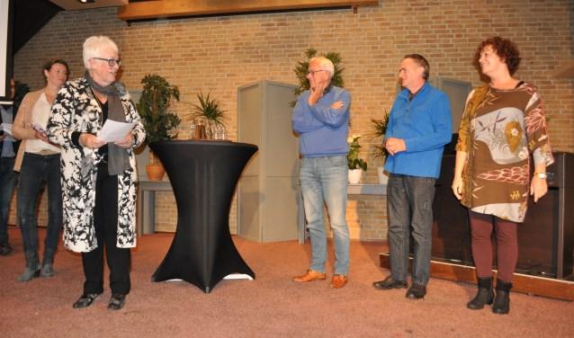 Miep van der Woude spreekt de prijswinnaars toe.