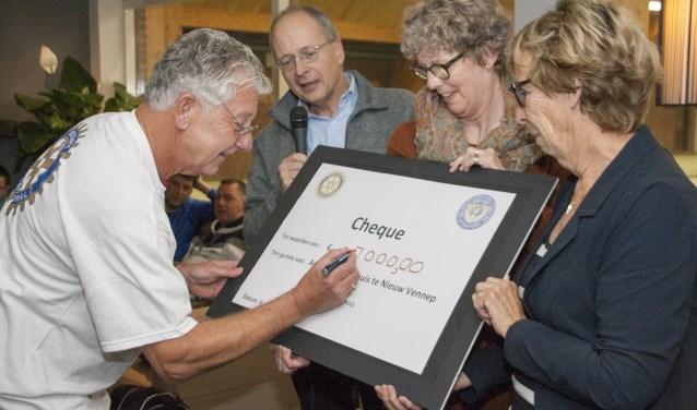 Wim Heemskerk (met microfoon), Jolanda Ladan en uiterst rechts Mieke Oudeveldhuis. Foto: Diana Maas