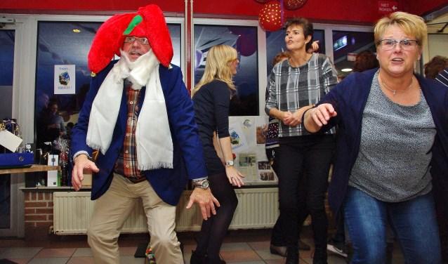 Samen met zijn collega's deed Kees Westra nog één keer de Kabouterdans. | Foto's Willemien Timmers