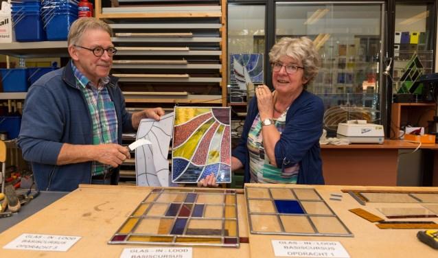 Jan ter Haar en zijn vrouw Christien tonen de opdrachten voor de basiscursus glas-in-lood. | Foto Wil van Elk