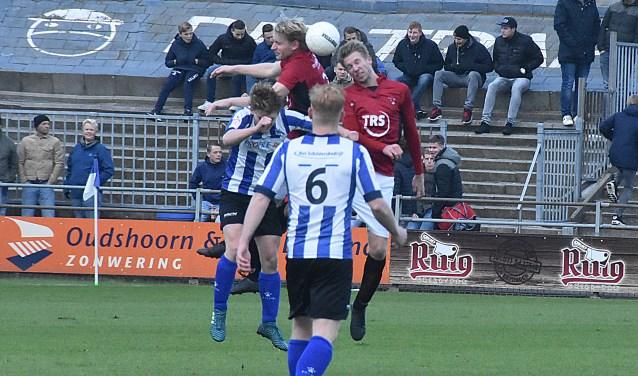 Mart Spierdijk (links) en Pieter van den Breggen in luchtgevecht met een tegenstander. Jan de Bruin (6) kijkt toe. | Foto: PR