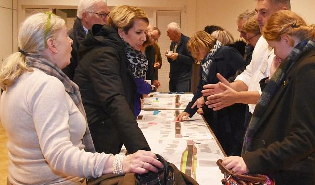 Bewoners kijken kritisch naar het ontwerp verkeersplan Katwijkerweg-Hoofdstraat.