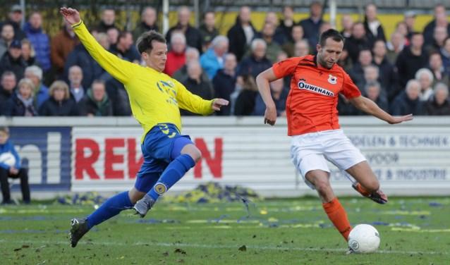 Paul de Lange passeert Rick Bouwmeister van FC Lisse. | Foto: OrangePictures