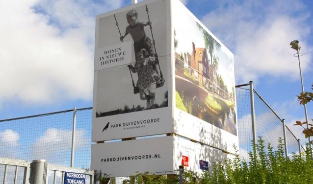 De projectontwikkelaar kan niet wachten om te gaan bouwen op het lege sportterrein aan de Duivenvoordestraat. Hij moet eerst de uitspraak van de Raad van State afwachten. | Foto Willemien Timmers