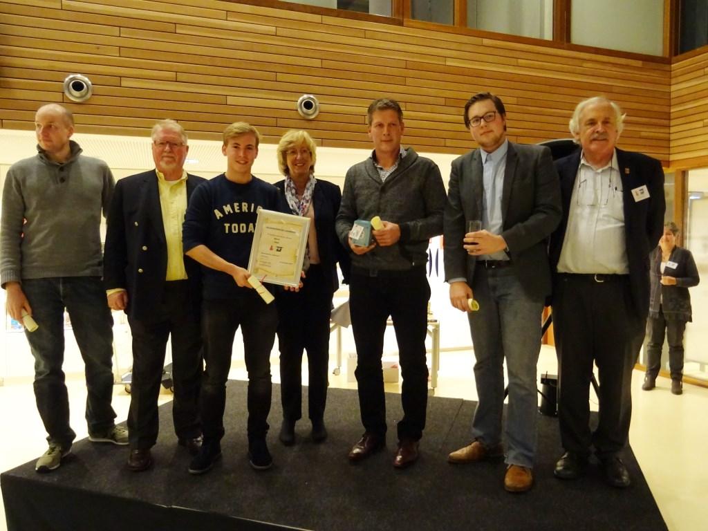 Het winnende team van D66 Leiderdorp. V.l.n.r. Bas Warmenhoven, Jan-Albert Dop, Jurriaan Duijn, burgemeester Laila Driessen, Jeroen Hendriks, Marijn Kerkhoffs en voorzitter Emil Broesterhuizen van de LVU.