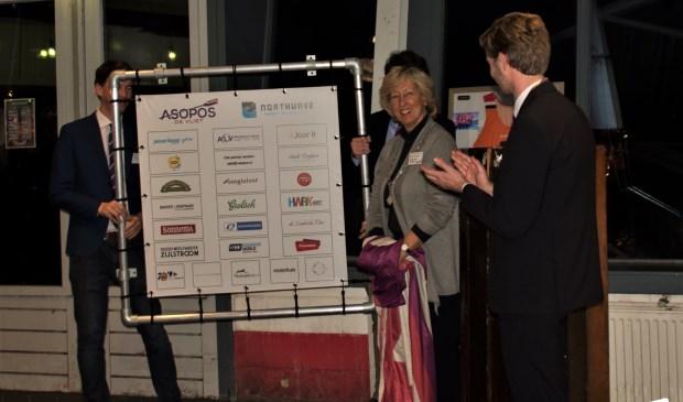 Burgemeester Laila Driessen onthulde een sponsorwand met alle namen van de nieuwe partners.