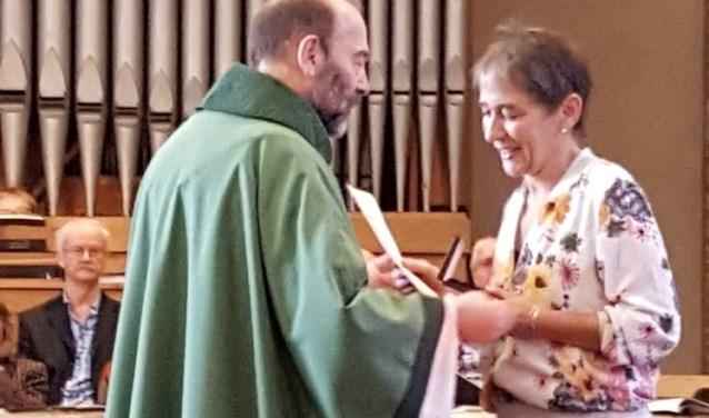 Chantal de Bree ontvangt de Willibrordpenning. | Foto PR