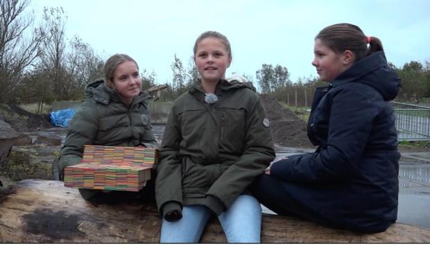 Emma, Maud en Feline bedachten de praatbankjes en kozen alvast een plek uit voor de eerste bank.