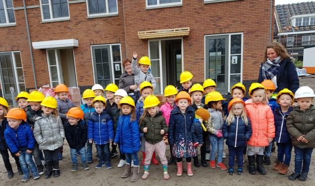 Tijdens het thema 'wonen' bezochten de kleuters van de Julianaschool een huis in aanbouw.