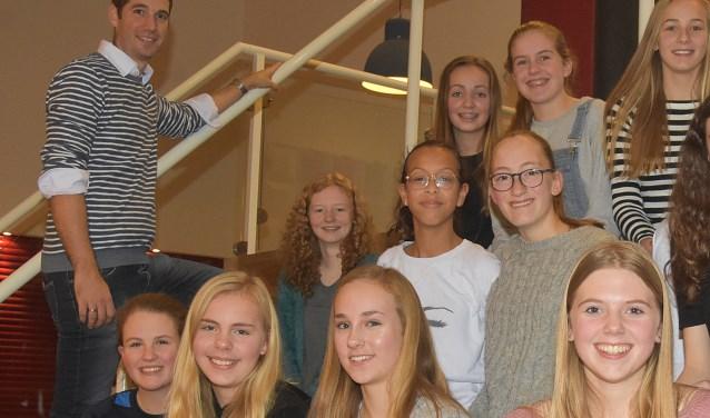 Bart van der Heiden tussen aantal van  'zijn' leerlingen.