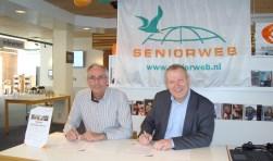 Leen van Goeverden (SeniorWeb) en Hans Portengen (Bibliotheek Bollenstreek) ondertekenen het eenjarig contract voor een SeniorWeb leercentrum in de bibliotheek van Sassenheim. | Foto: Marieke Voorn
