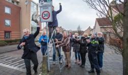 Blije gezichten bij de plaatsing van het eerste Whatsappbord in de Molenwijk.