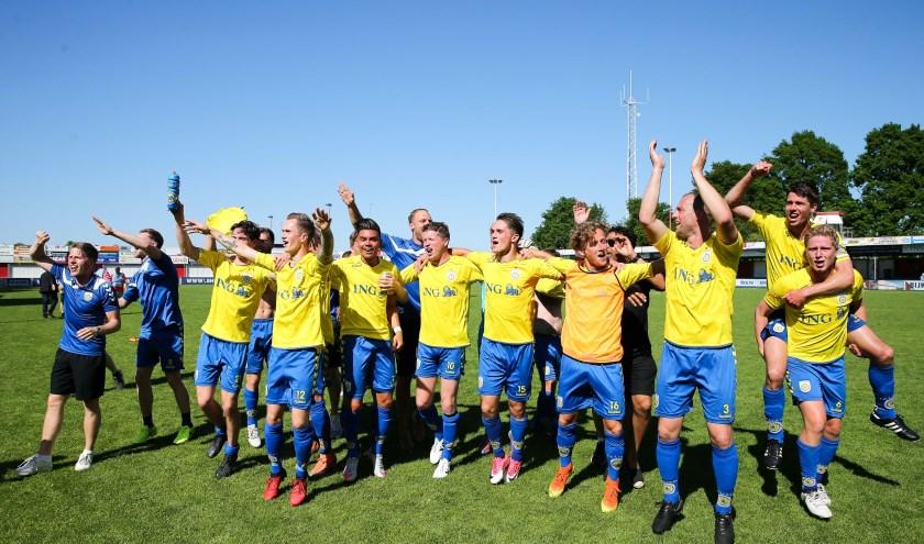 Vreugde bij FC Lisse na het eindsignaal.   Foto: Orange Pictures, tekst: Kees van Zuijlen