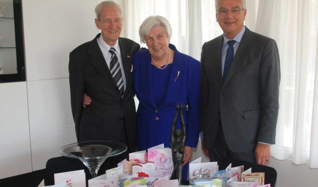 Het echtpaar Zebregs met burgemeester Koen. | Foto: Piet van Kampen.