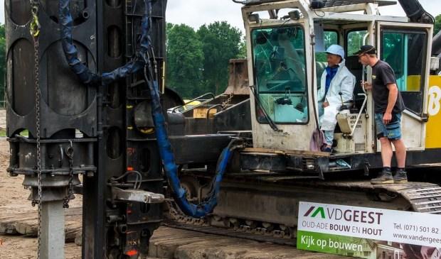 Maarten de Fockert slaat de paal weer een stukje verder in de grond.  Foto: Johan Kranenburg © uitgeverij Verhagen