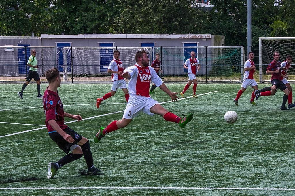 Mickey Tromp stort zich voor de bal om een voorzet van Nieuwenhoorn te voorkomen. Foto: Johan Kranenburg © uitgeverij Verhagen