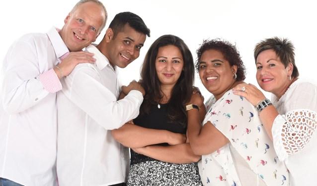 Familie van Delft met Marcelo en Liza.  | Foto: Rokki Fotografie.