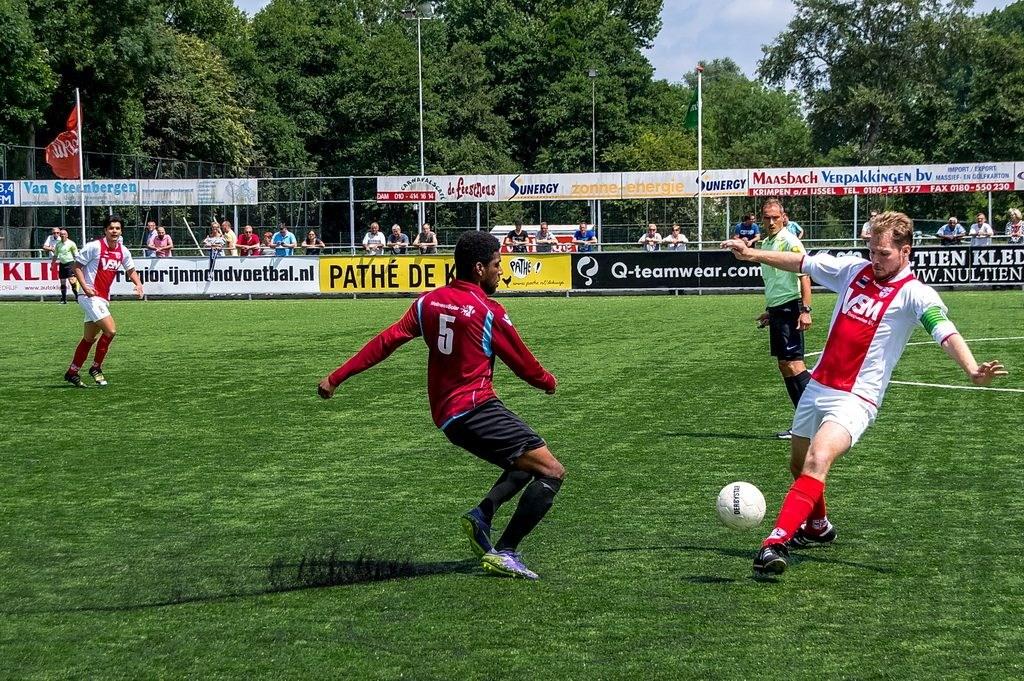 Thom Wijnalda kaatst de bal in een keer door voor een tegenstander erbij kan . Foto: Johan Kranenburg © uitgeverij Verhagen