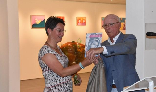Lizette Hogewoningwerd door Kees Baalbergen beloond met een geldbedrag en een trofee. | Foto: Piet van Kampen