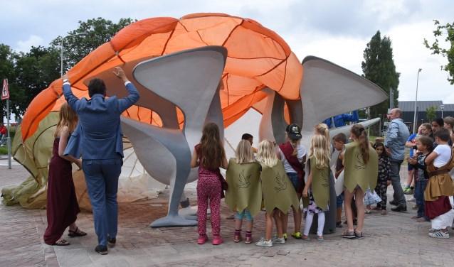 'Een kunstwerk met relatie tot de wijk en de geschiedenis', aldus wethouder Knape. | Foto: Piet van Kampen