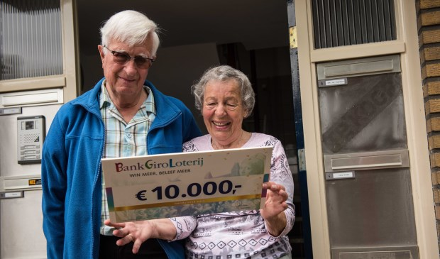 Koos en Netty zijn dolblij met hun prijs. | Foto: PR