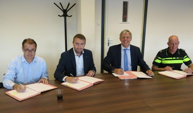 ondertekening van het convenant KVO, v.l.n.r. Jan van der Gugten (SBB), Aron Haasnoot (Huschka Beveiligers), burgemeester ir. C. Visser; P. Koot (teamchef politie)