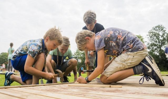 De eerst spijkers gaan het hout in voor een nieuw huttendorp.   Foto en tekst: Remco Out