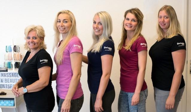Eigenares Marjolijn Beuzekamp van 'Ontspan Me' en haar team (Jody, Anita, Nanda en Tessa).