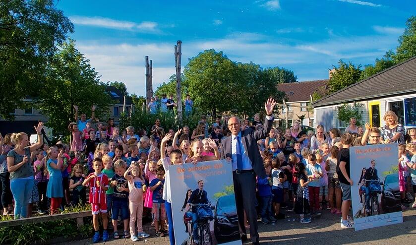 Wethouder Wassenaar en de kinderen van 't Bolwerk vragen iedereen voorzichtig te zijn in het verkeer.