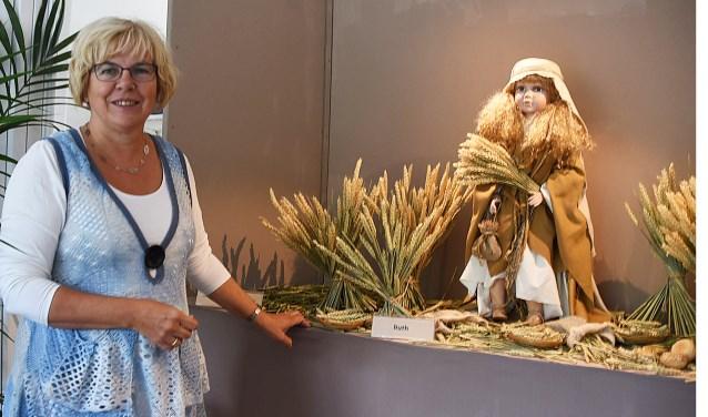 Kunstenares Joke Kant bij een van haar werken.| Foto: PvK.