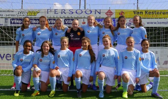 De meiden van MO15 Teylingen/Ter Leede in hun nieuwe tenue. | Foto: pr.