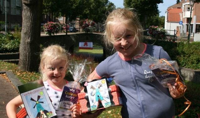 Bridget en Nicolette Zwaan zijn blij met hun prijs. | Foto: pr.