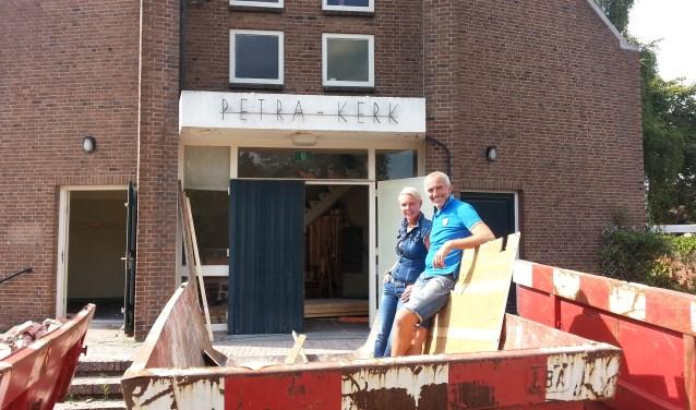 Huibert en Reina zijn druk met de verbouwing van De Petrakerk tot hun Bed & Breakfast. | Foto: CvdS.