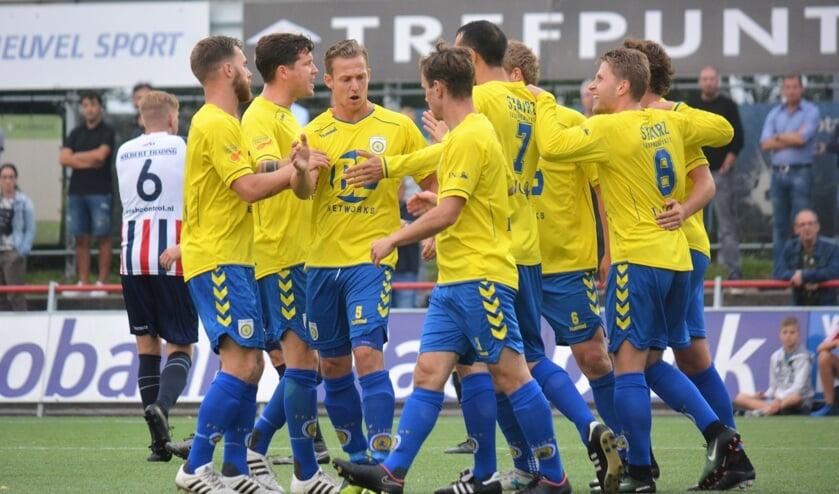 De mannen van FC Lisse zijn blij.   Foto: Hubert Habers