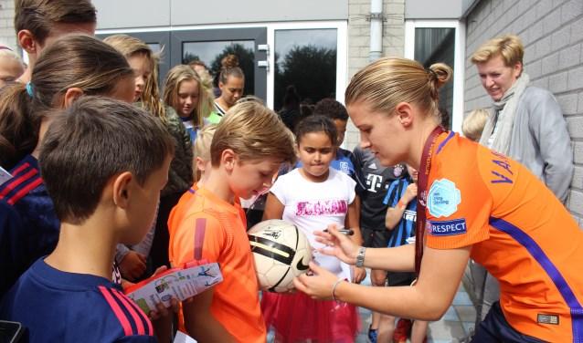 Uiteraard willen de kinderen een handtekening van aanvoerder Mandy van den Berg. | Foto: Annemiek Cornelissen