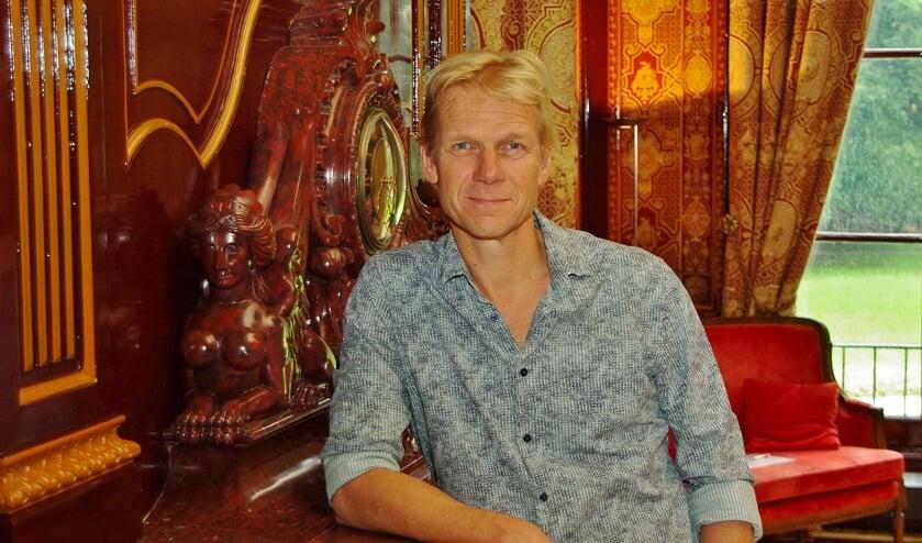 Vroege Vogels-presentator Menno Bentveld in de Drakenzaal van Oud-Poelgeest.   Foto Willemien Timmers