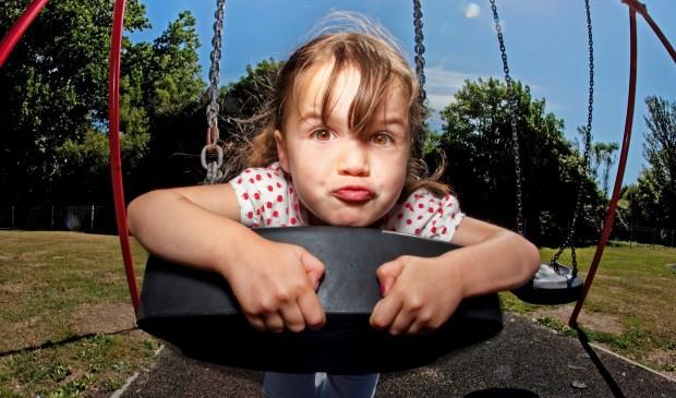 Onbezorgd spelen in de speeltuin dankzij Europa Kinderhulp.