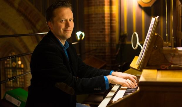 Organist Cor de Vries.