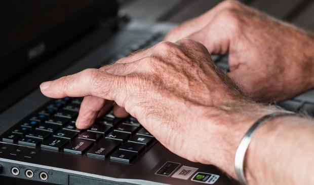 Wie niet overweg kan met computer en internet, raakt steeds verder achterop in de wereld. Met een cursus van de bieb krijgt u de beginselen onder de knie.