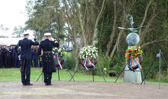 Kranslegging bij het monument 'Voor hen die vielen'.