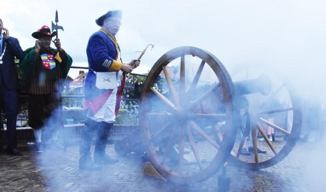 Met een gigantische knal, gevolgd door nog vier, werd Open Monumentendag geopend. | Foto: Piet van Kampen