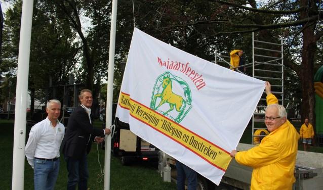 De oude vlag was aan vernieuwing toe. Frank Brouwer (l), Anne de Jong en Ad van Lierop (r) hijsen de nieuwe in top. | Foto: Annemiek Cornelissen