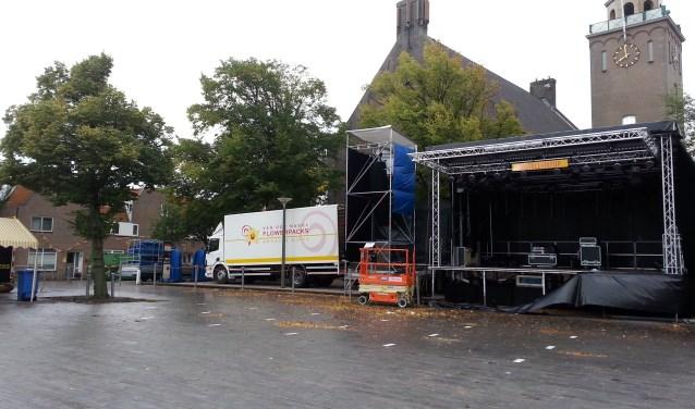 Het Castellumplein lag er woensdagochtend troosteloos bij. Door de zware storm werd de Paardenmarkt afgelast. | Foto: CvdS.