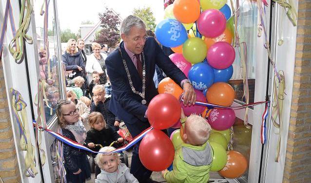 Burgemeester Visser kreeg hulp van Jim om het nieuwe onderkomen officieel te openen. | Foto: Piet van Kampen.