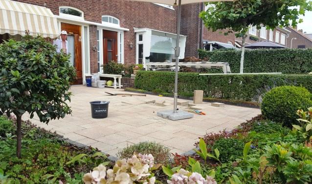 Johan Klaassen kreeg de tegels in de tuin van zijn vrouw, die het groenonderhoud zat was. | Foto: EvdV