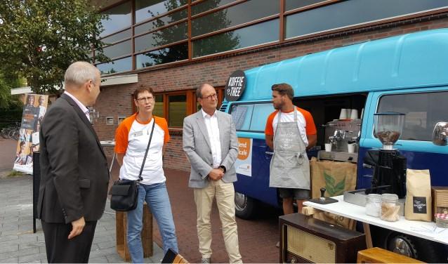 Ambassadeur Wilma van Werkhoven vertelt Hans Portengen (l) en wethouder Adri de Roon (2e v.r.) haar verhaal.