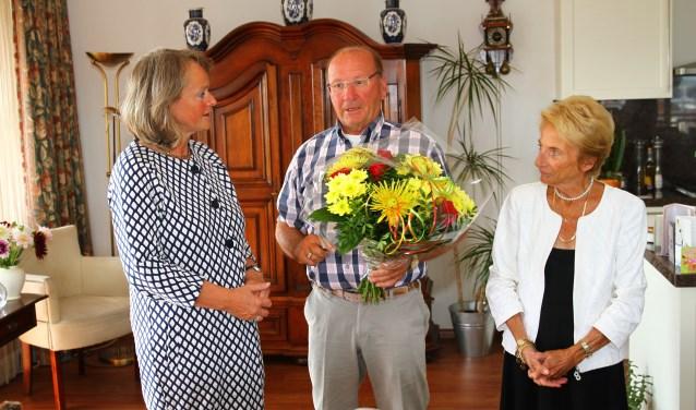 Nu eens bloemen voor Lies Spruit! Simon van Dijk legt haar uit waarom ze het boeket verdient.