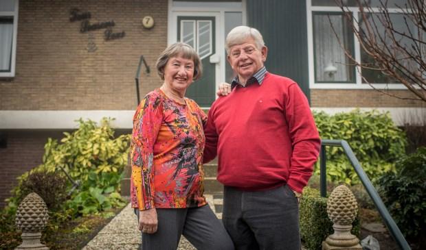 Jenny en Henny zetten als een van de eerste een handtekening onder het huurcontract voor een luxe serviceappartement in Calla.