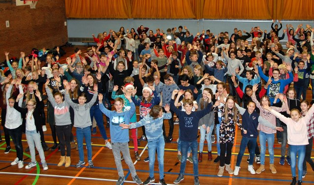 Leerlingen van het Rijnlands Lyceum zijn blij met de grote opbrengst van actie Paardekracht. | Foto PR